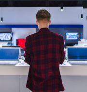 En man i en teknikbutik. Shutterstock/Bodnar Taras