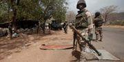 En soldat ur Nigerias armé vid en gränsposterin i Gwoza, Nigeria. Amnesty anklagar armésoldater för att ha begått grova övergrepp mot civila. Lekan Oyekanmi / TT NYHETSBYRÅN