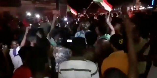 Folk firar på gatorna i Khartoum efter beskedet om att parterna är överens.  SOCIAL MEDIA / TT NYHETSBYRÅN