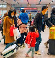Människor på en tågstation i staden Yichang i Hubei-provinsen. STR / TT NYHETSBYRÅN