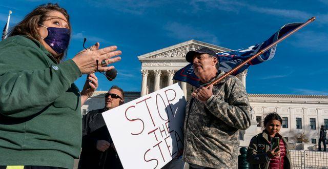 Trump-anhängare och -motståndare debatterar utanför Högsta domstolens byggnad i Washington på fredagen J. Scott Applewhite / TT NYHETSBYRÅN