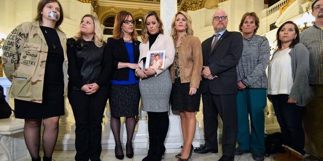 Personer som fallit offer för sexuella övergrepp inväntar en pressträff om övergreppen i delstaten. Marc Levy / TT NYHETSBYRÅN