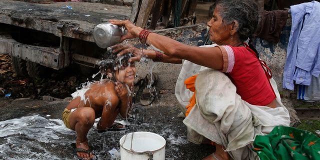 Flicka tvättas vid en flod i Allahabad i Indien. Arkivbild Rajesh Kumar Singh / TT / NTB Scanpix