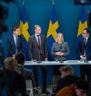 Emil Källström (C), finansmarknadsminister Per Bolund (MP), finansminister Magdalena Andersson (S) och Mats Persson (L). Janerik Henriksson/TT / TT NYHETSBYRÅN