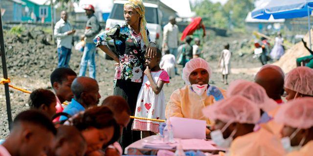 En kvinna och ett barn väntar på att bli vaccinerade i Goma, Kongo-Kinshasa. Baz Ratner / TT NYHETSBYRÅN