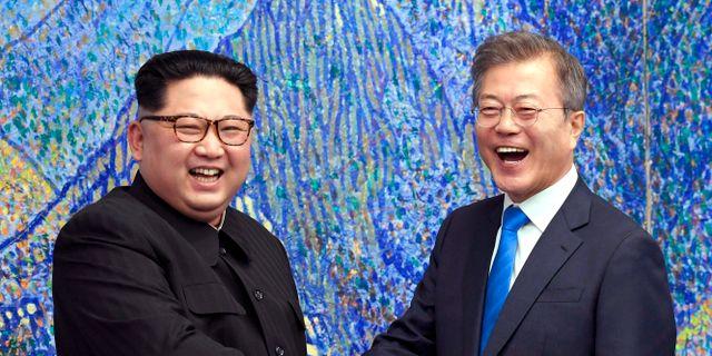 Kim Jong-Un och Moon Jae-In i samband med en träff i april i år. TT / NTB Scanpix