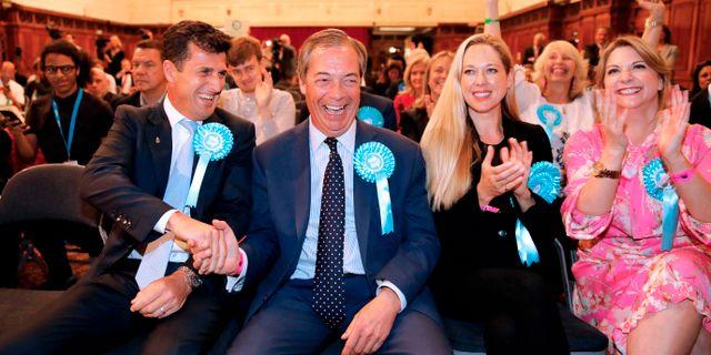 Farage jublar med partikamrater. TOLGA AKMEN / AFP