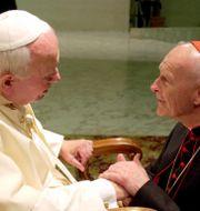 Johannes Paulus II med McCarrick 2001 Massimo Sambucetti / TT NYHETSBYRÅN