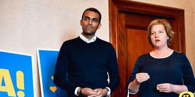 Liberalernas andranamnet Said Abdu och toppkandidaten Karin Karlsbro (L) presenterar partiets valaffischer inför EU-valet under en pressträff i Stockholm.  Naina Helén Jåma/TT / TT NYHETSBYRÅN