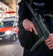 Poliser utanför ett av de kaféer som gärningsmannen sköt mot. Michael Probst / TT NYHETSBYRÅN