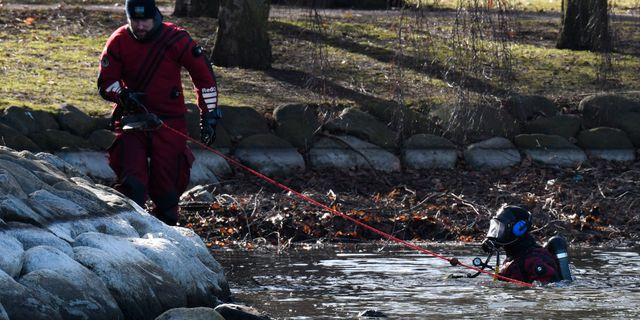Polisen söker i en damm efter skottlossningen Johan Nilsson/TT / TT NYHETSBYRÅN
