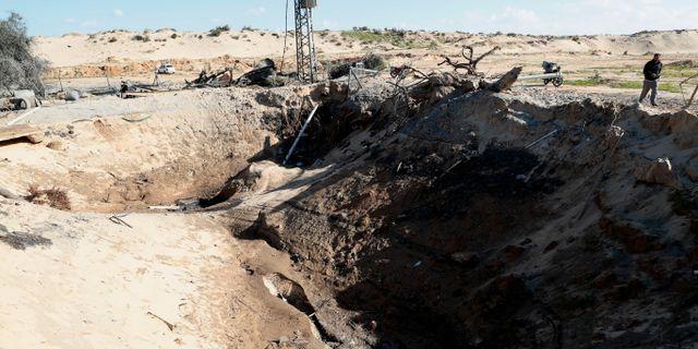 En lantbrukare i Gaza undersöker sin sönderbombade vattenbrun efter en israelisk flygattack. Adel Hana / TT NYHETSBYRÅN