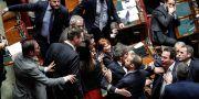 Det var tidvis tumultartade scener när budgeten var uppe i parlamentet på fredagen. Giuseppe Lami / TT NYHETSBYRÅN