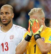 Kasper Schmeichel (höger) tröstas. DARREN STAPLES / TT NYHETSBYRÅN