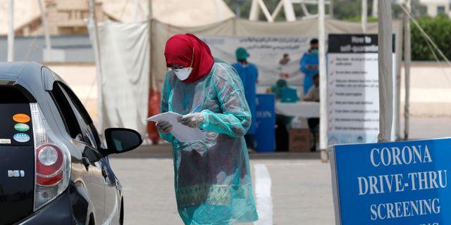 Kvinna vid testanläggning i Karachi, Pakistan. AKHTAR SOOMRO / TT NYHETSBYRÅN