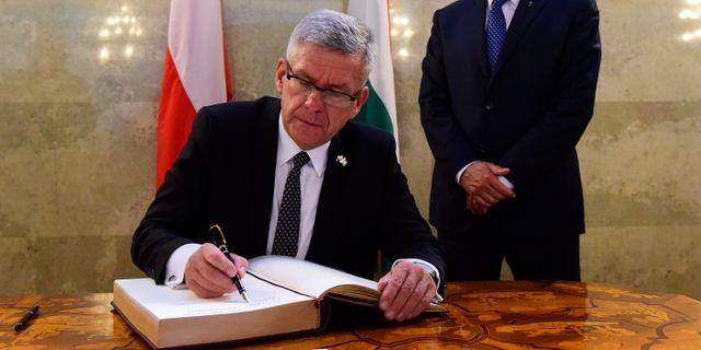 Stanisław Karczewski skriver sitt namn i en gästbok under ett besök i Ungern år 2016. Tamas Kovacs / TT NYHETSBYRÅN