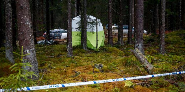 Polisens tekniker vid området runt Mulleberget i Ulricehamn, där en kvinnan i 60-årsåldern hittades död. Thomas Johansson/TT / TT NYHETSBYRÅN