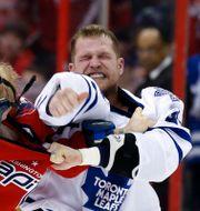 Washington Capitals John Erskine och Toronto Maple Leafs Colton Orr under en NHL-match. Alex Brandon / TT NYHETSBYRÅN