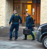 Polisens tekniker utanför lägenheten där mannen misstänktes ha hållits isolerad. Claudio Bresciani / TT / TT NYHETSBYRÅN