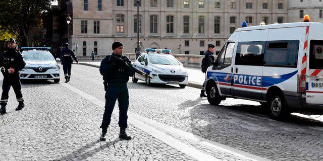 Poliser utanför högkvarteret efter dådet. BERTRAND GUAY / AFP
