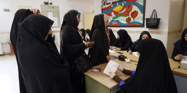 Iranska kvinnor i röstningslokal. ATTA KENARE / AFP