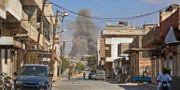 Rök från en myndighetsbyggnad sedan regeringsstyrkor riktar in sig mot staden Khan Shaykhun i provinsen Idlib.  ANAS AL-DYAB / AFP