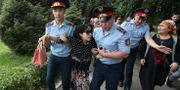 Kvinnlig demonstrant förs bort av polis på måndagen. PAVEL MIKHEYEV / TT NYHETSBYRÅN