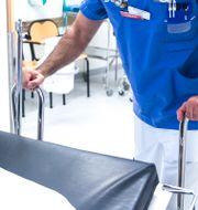 Läkare kör patient på brits. Isabell Höjman/TT / TT NYHETSBYRÅN
