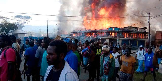 Flera byggnader brinner på Västpapua. STR / TT NYHETSBYRÅN