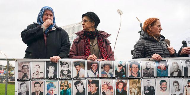 Kvinnor håller upp en skylt med bilder på offer. Phil Nijhuis / TT / NTB Scanpix