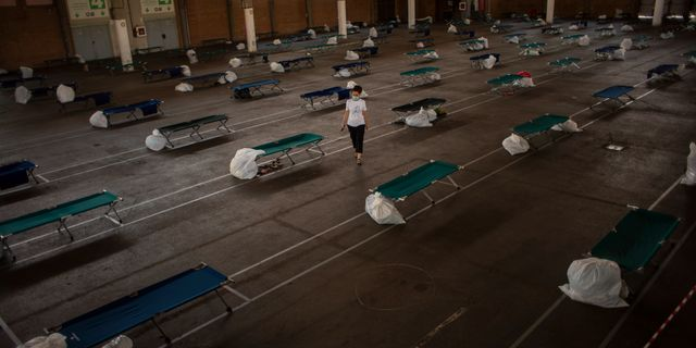 Bild från ett tillfälligt boende i för säsongsarbetare i Lleida som upprättats till följd av virusspridningen. Emilio Morenatti / TT NYHETSBYRÅN