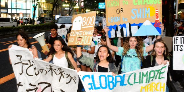 Klimataktivister i Japan under den globala demonstrationen i fredags. âúìcóLàÍ / TT NYHETSBYRÅN