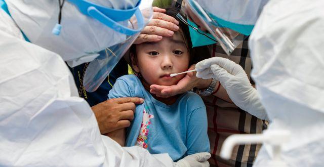 Ett barn testas för covid-19 i Wuhan, Kina. TT NYHETSBYRÅN