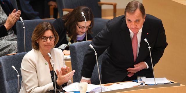 Statsminister Stefan Löfven (S) och Isabella Lövin (MP) under onsdagens riksdagsdebatt. Fredrik Sandberg/TT / TT NYHETSBYRÅN