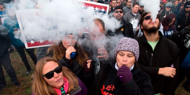 Demonstration mot e-cigarettsförbud. JOSE LUIS MAGANA / AFP