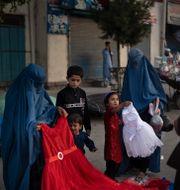 Afghanska kvinnor och barn på en marknad i Kabul. Felipe Dana / TT NYHETSBYRÅN