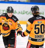 Luleås Erik Gustafsson och Daniel Sondell. Patric Söderström/TT / TT NYHETSBYRÅN