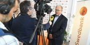 Göran Persson intervjuas efter Swedbanks extrastämma på onsdagen.  Claudio Bresciani/TT / TT NYHETSBYRÅN
