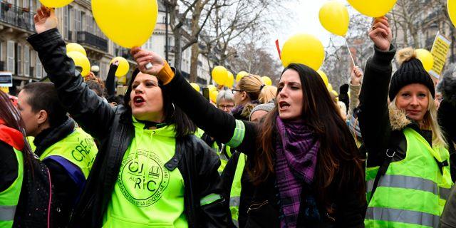 Franska kvinnor tågade mot Gula västarnas våld - Omni bb486ce0f9e44