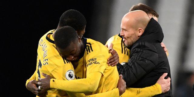 Fredrik Ljungberg firar med spelarna. TONY O'BRIEN / BILDBYRÅN
