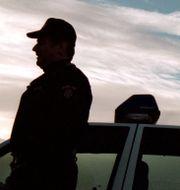 Kenneth Eklund vid sin polisbil för 19 år sedan.  Björn Larsson Ask/TT / SvD