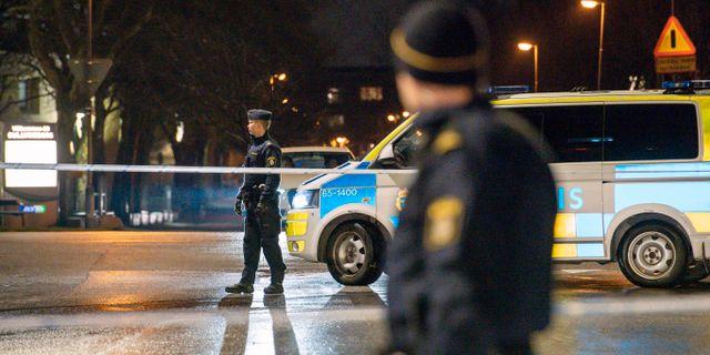 Polis undersöker platsen där skottlossningen ska ha ägt rum. Johan Nilsson/TT / TT NYHETSBYRÅN