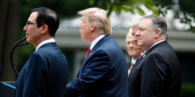Donald Trump på fredagens presskonferens, flankerad av bland annat finansminister Steven Mnuchin och handelsrepresentanten Peter Navarro. Alex Brandon / TT NYHETSBYRÅN
