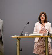 Utredaren Mats Rundström och arbetsmarknadsminister Eva Nordmark (S). Lars Schröder/TT / TT NYHETSBYRÅN