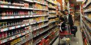 Illustrationsbild: Ett par handlar i en mataffär i Handan i norra Kina.  TT / NTB Scanpix