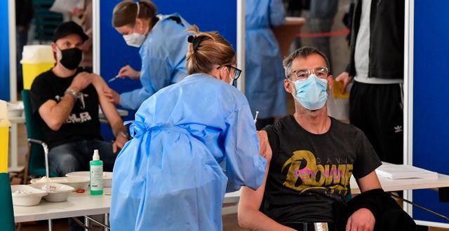Människor får vaccinsprutor i Tyskland.  Martin Meissner / TT NYHETSBYRÅN