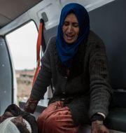 En kvinna i ambulans efter att hennes son skadats i slaget om Mosul. Manu Brabo / TT NYHETSBYRÅN