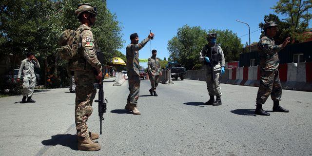 Afghanska säkerhetsstyrkor håller vakt i Kabul idag. Rahmat Gul / TT NYHETSBYRÅN