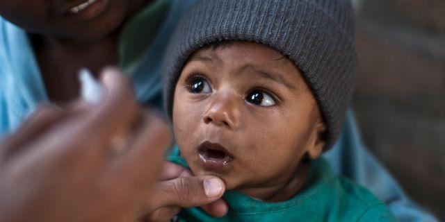Arkivbild: Ett barn i Pakistan väntar på att vaccineras Muhammed Muheisen / TT NYHETSBYRÅN