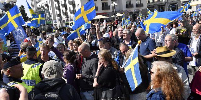 Motdemonstration under parollen  Stå upp för Sverige  mot stödmanifestationen för de utvisningshotade afghanska ungdomarna på Medborgarplatsen i Stockholm på lördagen.  Jonas Ekströmer/TT / TT NYHETSBYRÅN